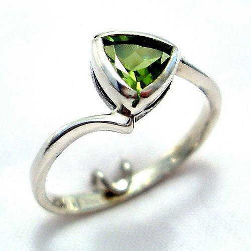 Prsten «Tulipán» - stříbro 925, přírodní olivín