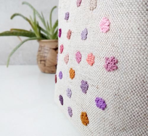Vyšívaná taštička Francouzské uzlíky tečky fialová