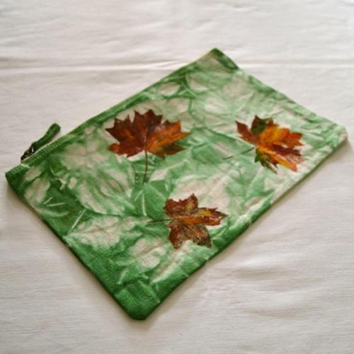 Zelené batikované pouzdro s barevnými listy