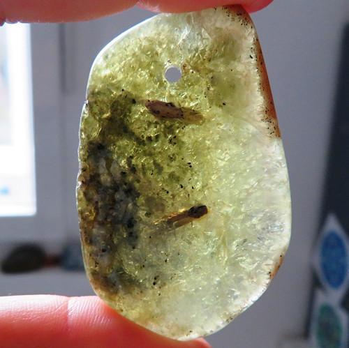 Andradit (granát) XL vrtaný č.1