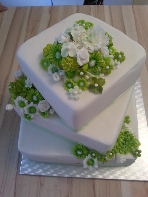 Svatební dort se zeleno-bílými květinami ....