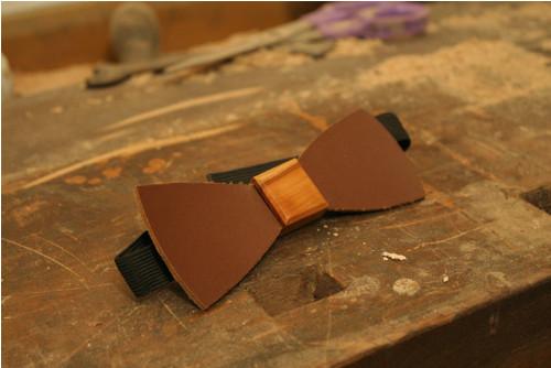kožený motýlek - dřevěný