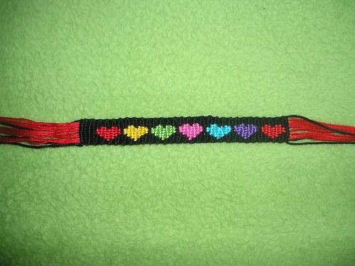 Náramek s barevnými srdíčky