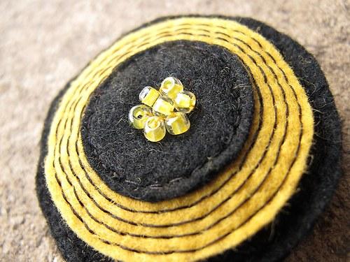 Černo žlutý terč - brož