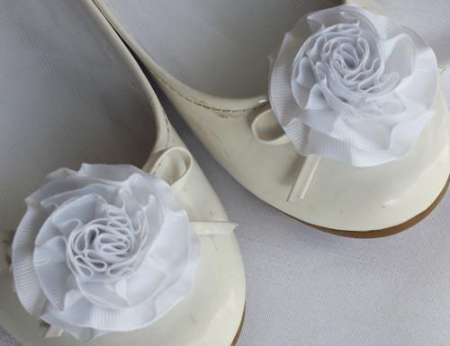 Klipy na boty pro nevěstu s bílou květinkou