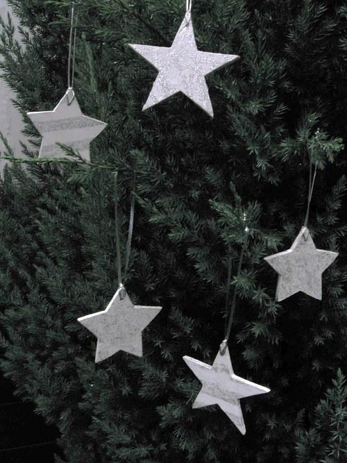 Dřevěná dekorace - vánoční hvězdičky bílo/stříbrné
