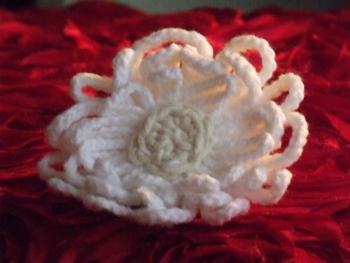 Háčkovaná brož bílá