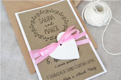 Svatební oznámení s dřevěným srdcem