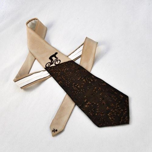 Hedvábná kravata s cyklistou hnědo-béžová