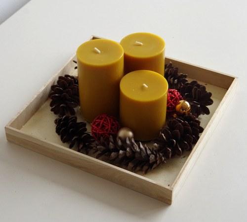 Medové svíčky na tácu