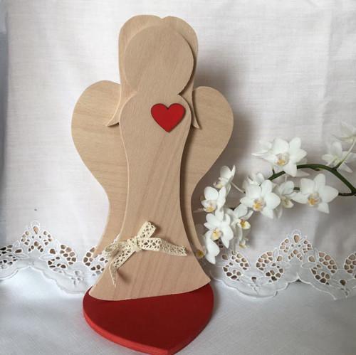 Dřevěný anděl přírodní červené srdce 29 cm