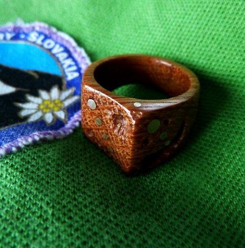 ...prsten...DUBOVÝ....zděravý....