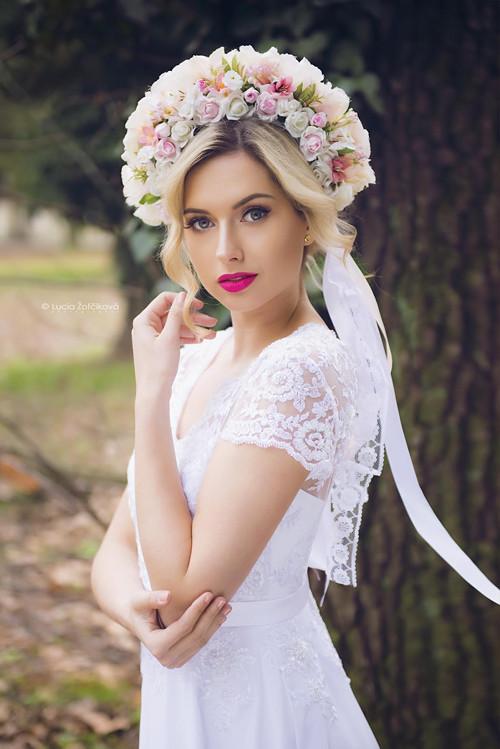 Svatební šaty s korálkovou krajkou a sukní v Á-ku