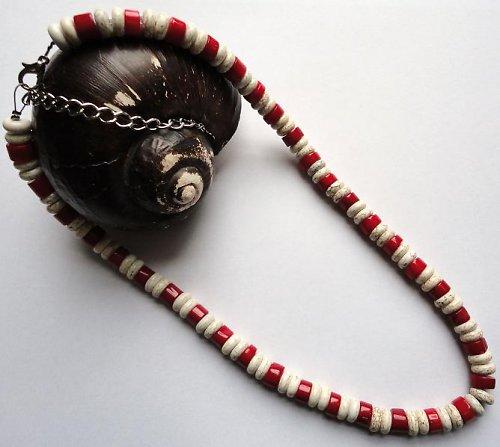 Elegantní náhrdelník z minerálu howlit a korál