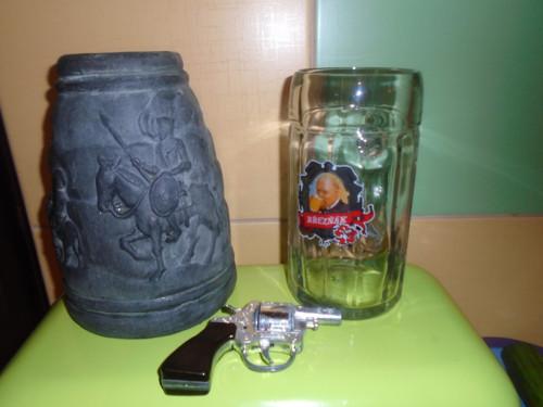 Stará  hliněná váza vlevo.