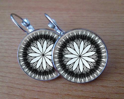 Černo-bílé květy - Visací náušnice 18 mm