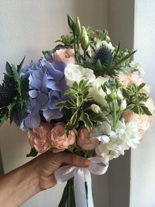 Kytice s modrou hortenzií