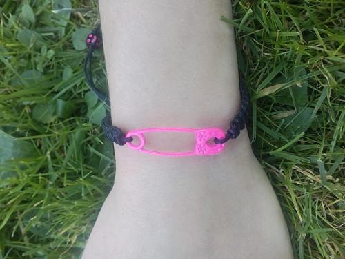 růžový zavírací špendlík - drhaný náramek