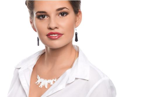 Bílý náhrdelník, originální šperk z plexiskla