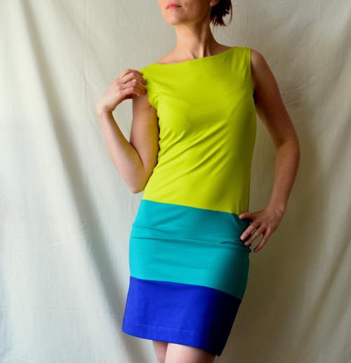 Tříbarevné úpletové šaty