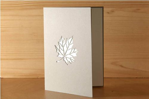 Přání s listem javoru - pastelově šedá
