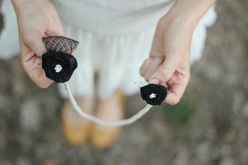 Perlový náhrdelník s černými květmi