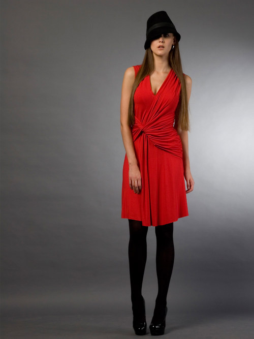 Červené šaty s uzlem