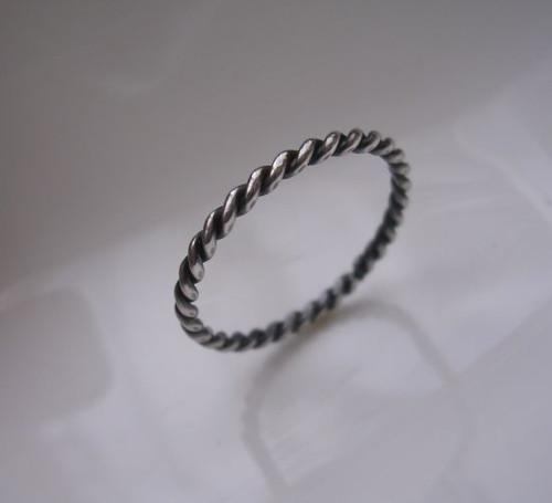 Stáčený z kulatého drátu v patině ...šíře 2,4 mm