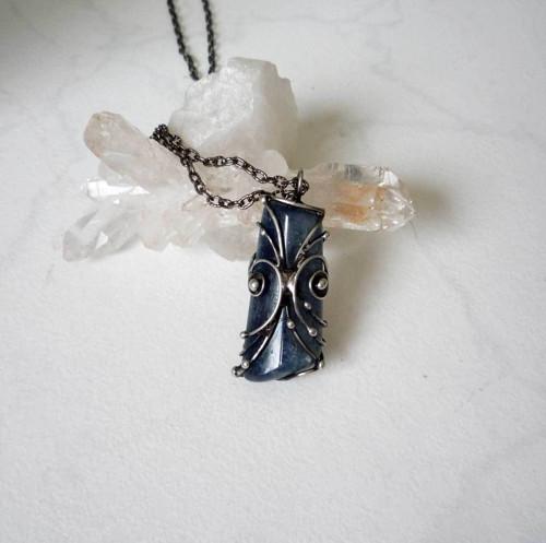 Špalíček  kyanitu  - oboustranný šperk