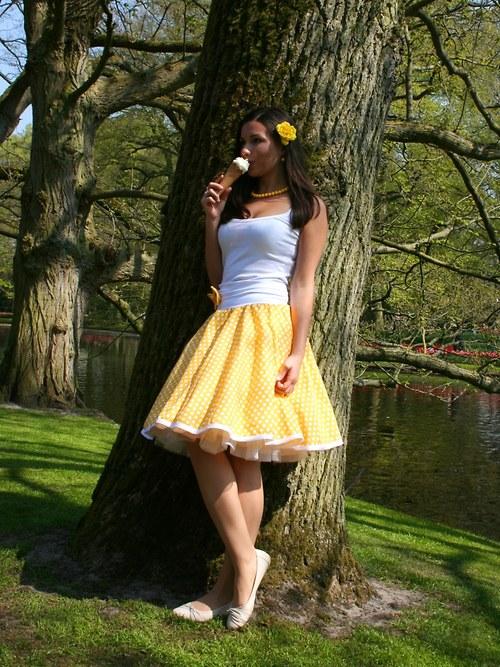 Žlutá puntíkovaná sukně