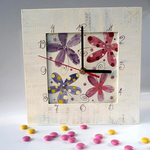 hodiny s velkou kukačkou - bílé s květy