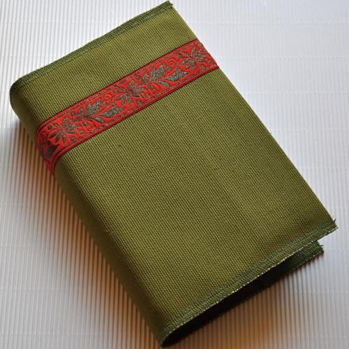 Červený ornament, light green - obal na knihu