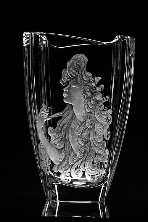 Ručně rytá váza s rytinou Muchy