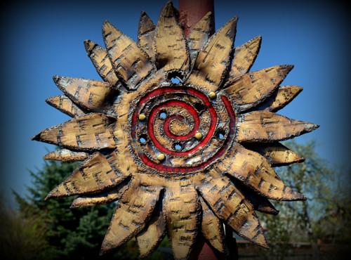 Slunce s červenou spirálou, dekorace na fasádu
