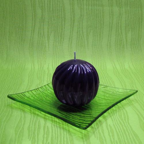 Svíčka dekorativní spirálová koule fialová