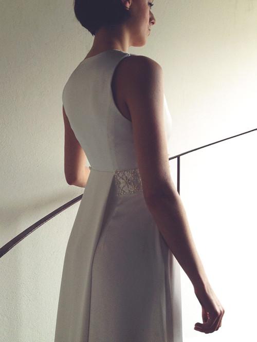 Svatební šaty s ručně vyšívaným perlovým pasem