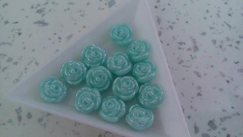 Plastové růžičky- tyrkysové - 13ks