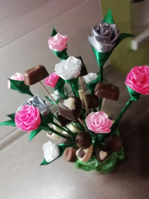 Saténové květiny s čokoládovými pralinkami