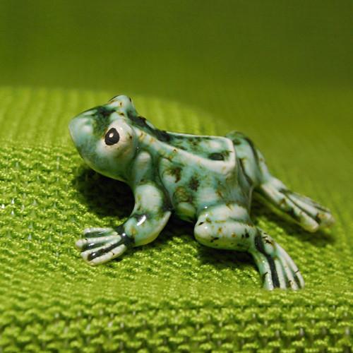 Keramická žabička zelená.
