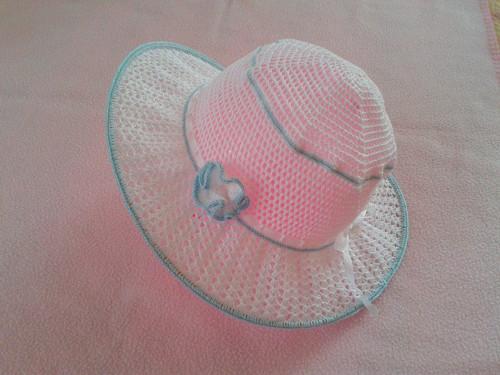 Háčkovaný letní klobouček s modrým lemem