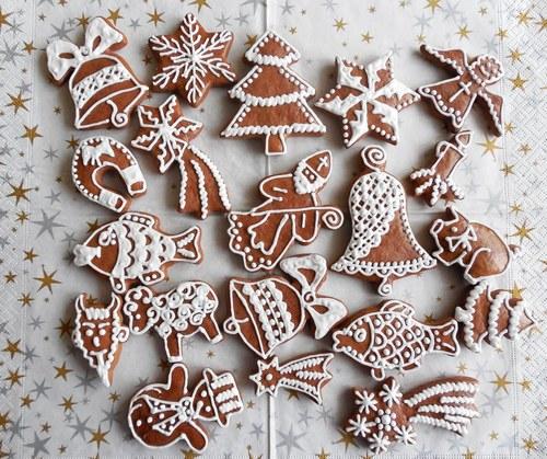 Sada vánočních perníčků bíle zdobená