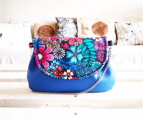 Kvetinová kabelka s modrou koženkou