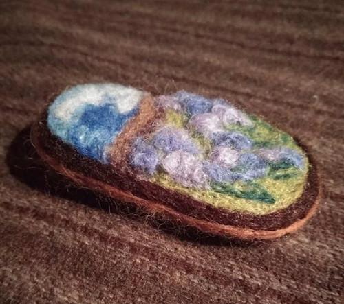 Brož Květova krajina Iris fialový