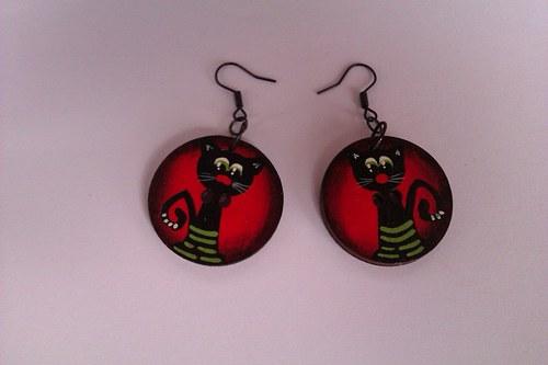 Malované náušnice-knoflík pro štěstí červený kočka