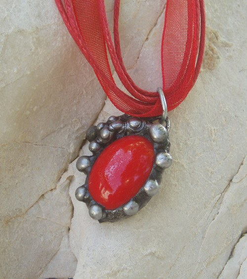 cínovaný šperk OVÁLEK červený