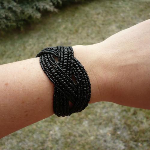 Černý propletený náramek - drobné korálky