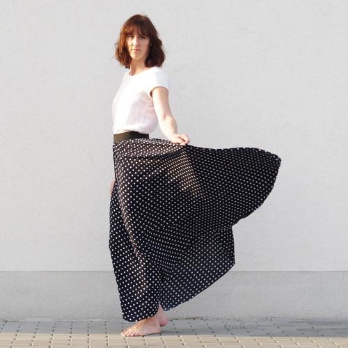 Půlkolová sukně s puntíky