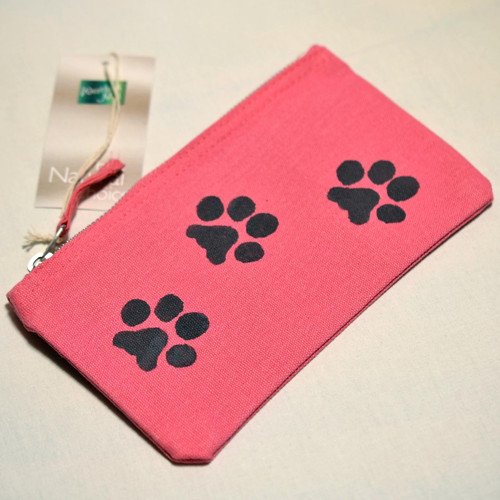 Růžové pouzdro s kočičími stopami