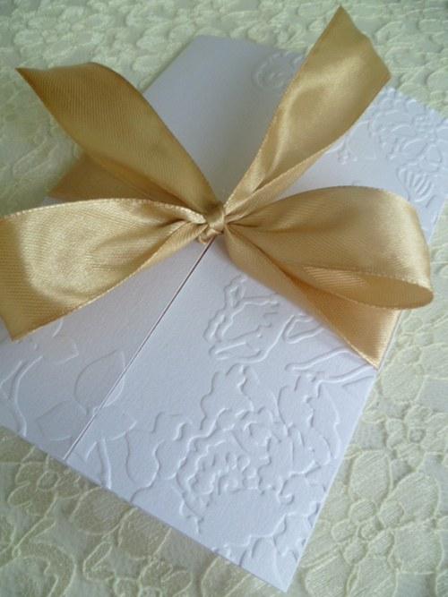 Svatební oznámení bílé se zlatou stuhou se vzorem