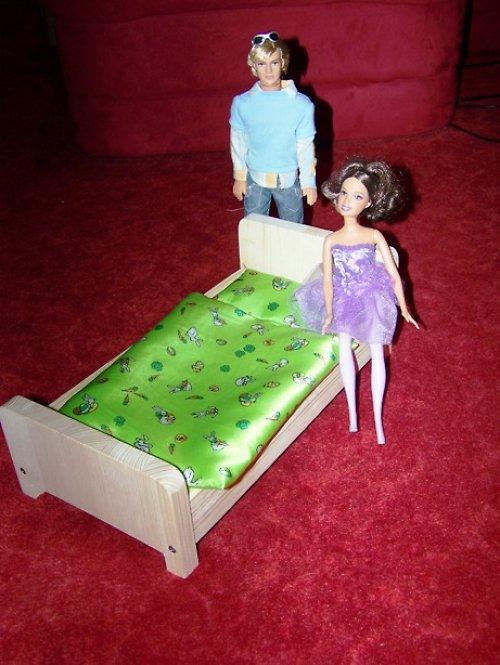 Postýlka pro Barbie a jiné menší panenky